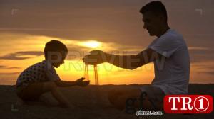 男孩和爸爸在日落时玩耍948121